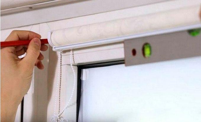 Установка рулонной шторы по уровню